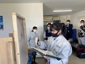 北海道石狩南高校の生徒さん3人がlocus(企業訪問)してくれました。左官職人の指導のもと壁ぬり体験をしました。